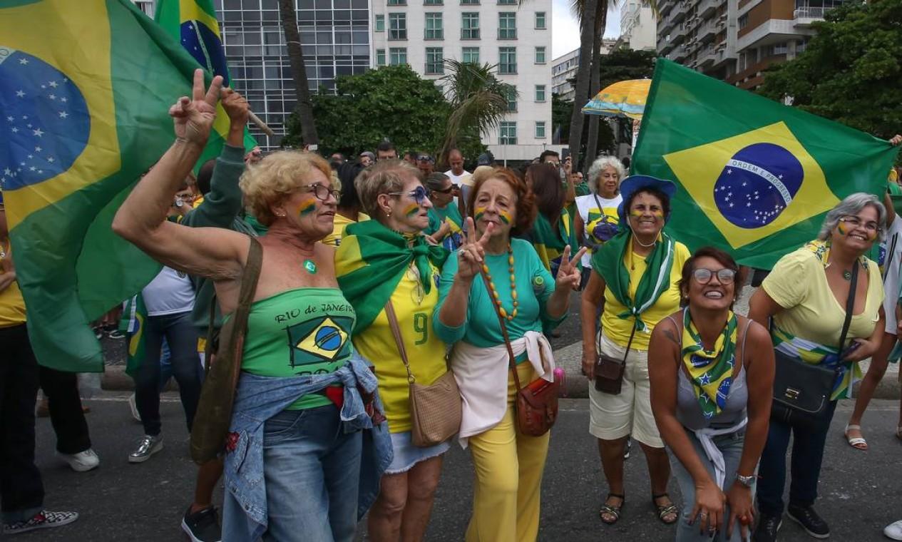Manifestantes vestidos de verde e amarelo carregam bandeiras do páis em ato em defesa das pautas do governo de Jair Bolsonaro, como a reforma da Previdência e o pacote anticrime do ministro da Justiça, Sergio Moro Foto: Marcelo Regua / Agência O Globo