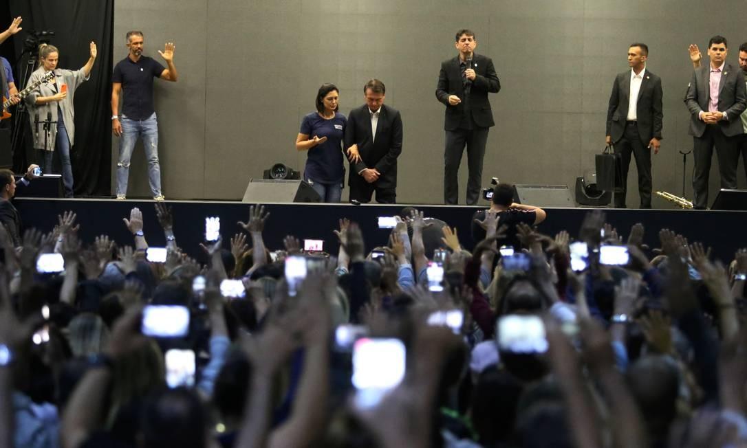 Bolsonaro e Michelle recebem orações na Igreja Batista Atitude, frequentada pela primeira-dama, na Barra Foto: Fabiano Rocha / Agência O Globo