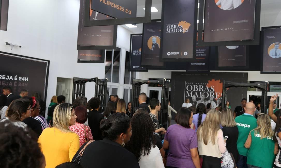 Fiéis fizeram fila para prestigiar a visita do presidente Jair Bolsonaro à igreja Atitude Foto: fabiano rocha / Agência O Globo