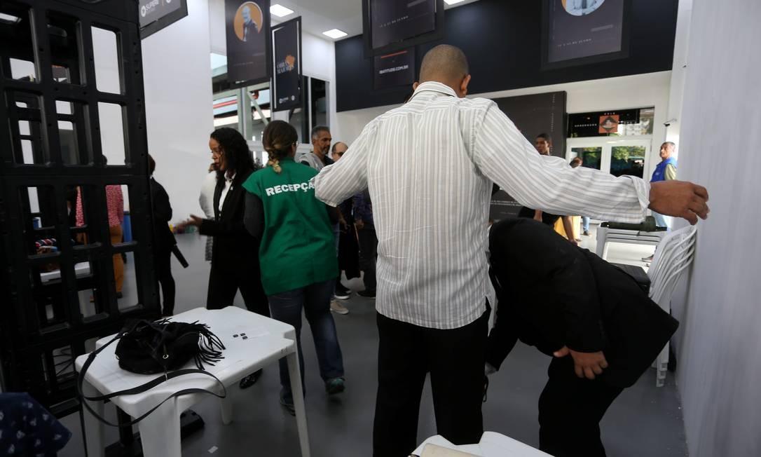 Por motivos de segurança, fiéis foram revistados antes de entrar na igreja Foto: fabiano rocha / Agência O Globo