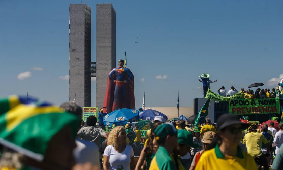 Um boneco do ministro da Justiça, Sergio Moro, com uniforme do Super-Homem foi usado pelos manifestantes que apoiam seu pacote anticrime e a permanência do Coaf no Miinistéria da Justiça Foto: Daniel Marenco / Agência O Globo