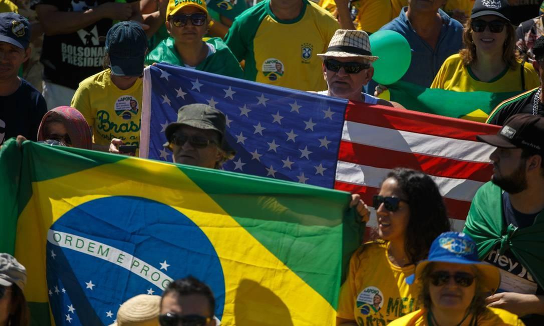 Manifestantes carregam bandeiras do Brasil e dos EUA durante ato em Brasília Foto: Daniel Marenco / Agência O Globo