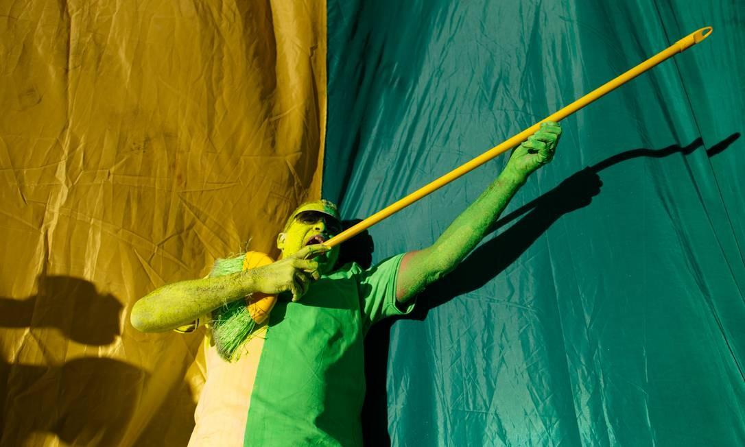 Homem fantasiado com as cores da bandeira brasileira participa dos protestos em apoio ao governo Bolsonaro. O verde e amarelo dominou as roupas dos manifestantes, que adotaram os tons em massa para protestar Foto: Daniel Marenco / Agência O Globo