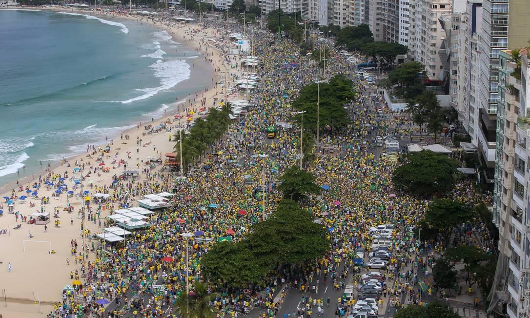 Manifestantes se reuniram por diversas cidades do Brasil para apoiar o governo do presidente Jair Bolsonaro e demandar a aprovação da reforma da Previdência e o pacote anticrime proposto pelo ministro Sergio Moro. Na foto, manifestantes se reúnem na Avenida Atlância, em Copacabana, Rio de Janeiro Foto: Marcelo Regua / Agência O Globo