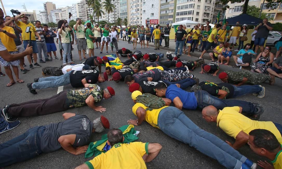 Em Copacabana, Rio de Janeiro, manifestantes fizeram flexões Foto: Marcelo Regua / Agência O Globo