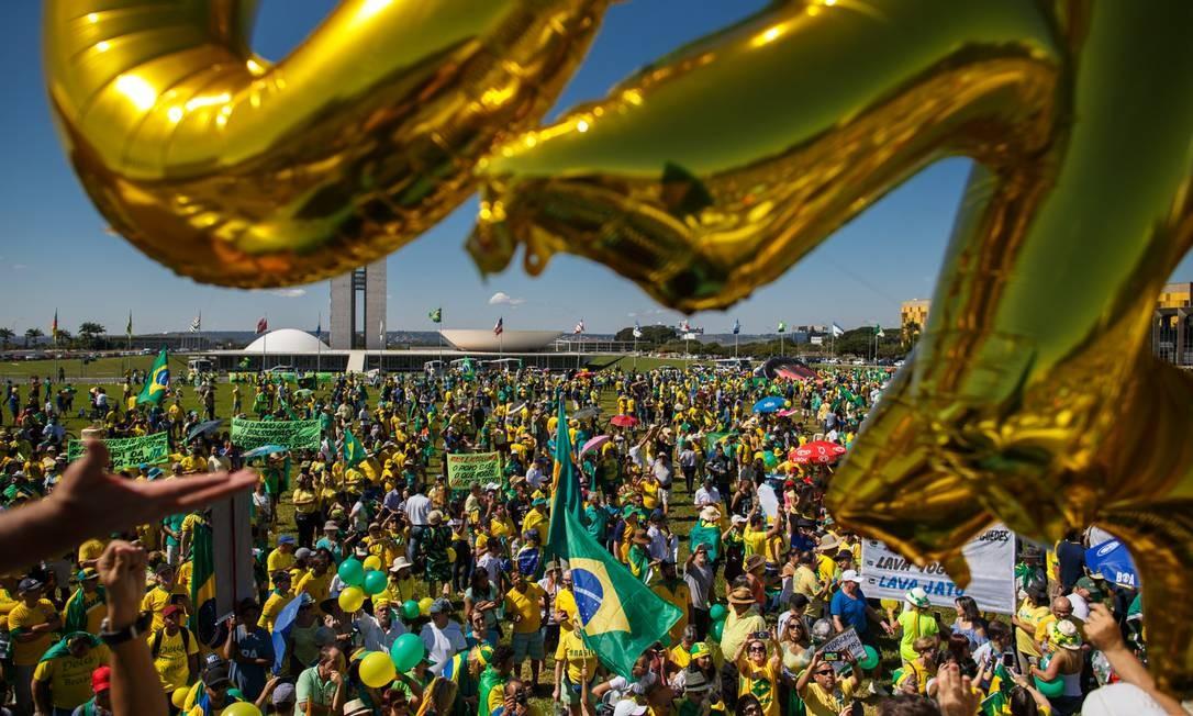 Atos aconteceram em pelo menos 12 estados e no Distrito Federal. Na foto, manifestantes se reúnem em Brasília Foto: Daniel Marenco / Agência O Globo