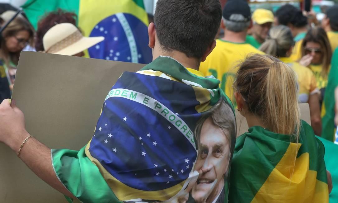 A orla de Copacabana recebeu centenas de pessoas vestidas de verde e amarelo em um ato a favor do governo do presidente Jair Bolsonaro na manhã deste domingo Foto: Marcelo Regua / Agência O Globo