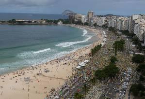 No Rio de Janeiro, manifestantes fizeram ato de apoio ao governo na orla da Praia de Copacabana, na Zona Sul da cidade Foto: Marcelo Regua / Agência O Globo