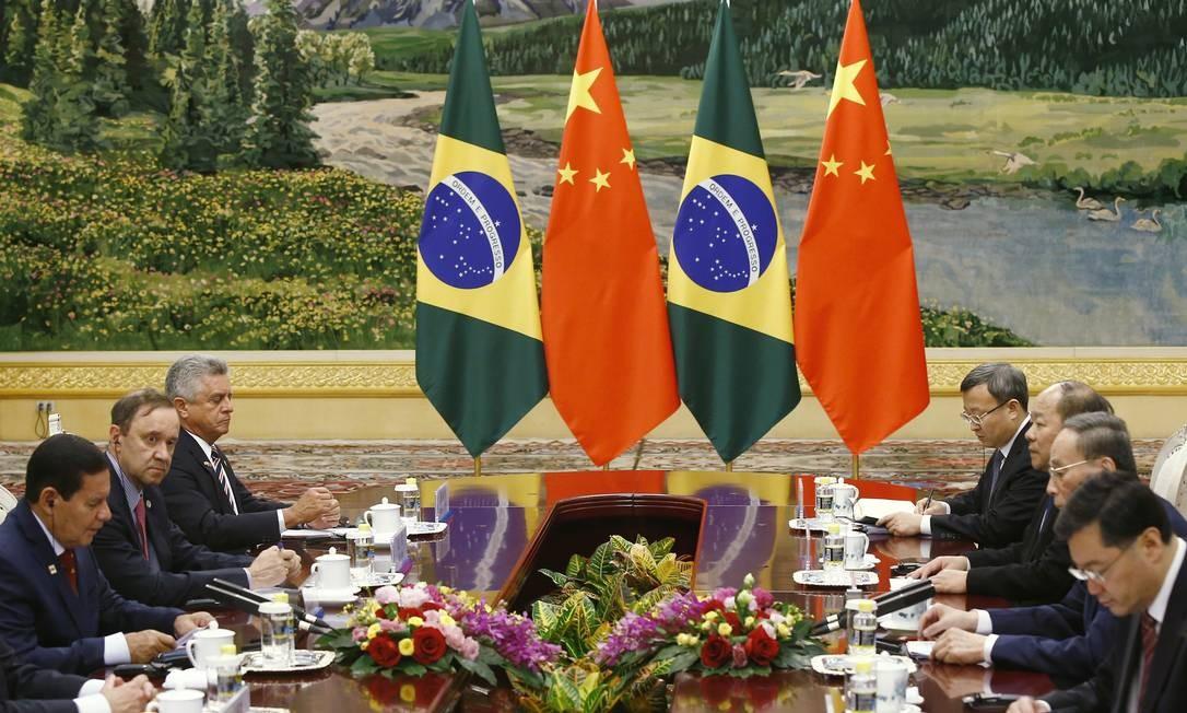 Encontro entre o vice-presidente Hamilton Mourão e o vice-presidente chinês Wang Qishan, em Pequim Foto: Pool / Getty Images