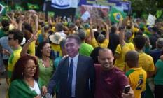 Manifestantes fizeram selfie com imagem de papelão do presidente Jair Bolsonaro Foto: LUCAS LANDAU / REUTERS