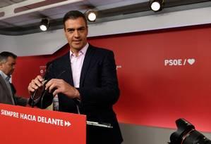 O primeiro-ministro da Espanha, Pedro Sánchez, se prepara para falar com jornalistas após fechamento das urnas nas eleições regionais e para o Parlamento Europeu no país: seu Partido Socialista Operário Espanhol teve mais um bom resultado Foto: PIERRE-PHILIPPE MARCOU/AFP