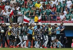 Jogadores de Botafogo e Palmeiras cercam arbitragem após a confusão na marcação de pênalti pelo VAR Foto: Jorge William