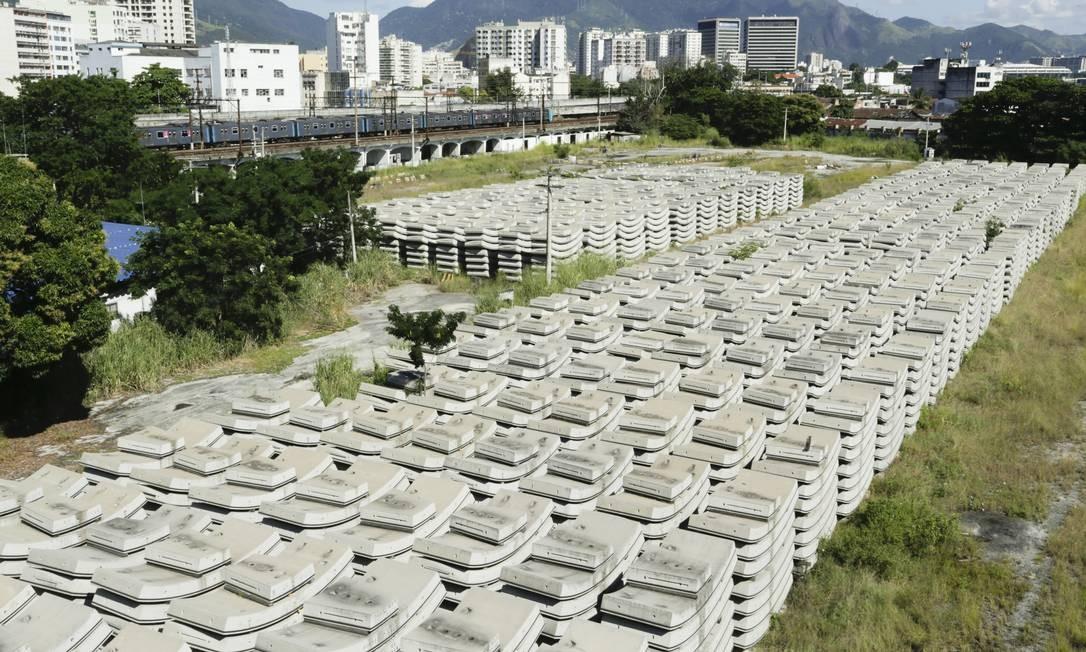 Centenas de aduelas (anéis de concreto) que seriam usadas no metrô da Gávea estão expostas ao tempo na Leopoldina: enquanto não há previsão para reinício das obras, mato cresce no meio das estruturas Foto: Gabriel de Paiva
