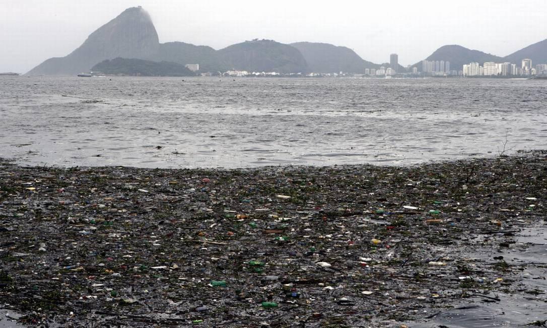 Lixo boiando na Baía de Guanabara Foto: Wânia Corredo / Agência O Globo