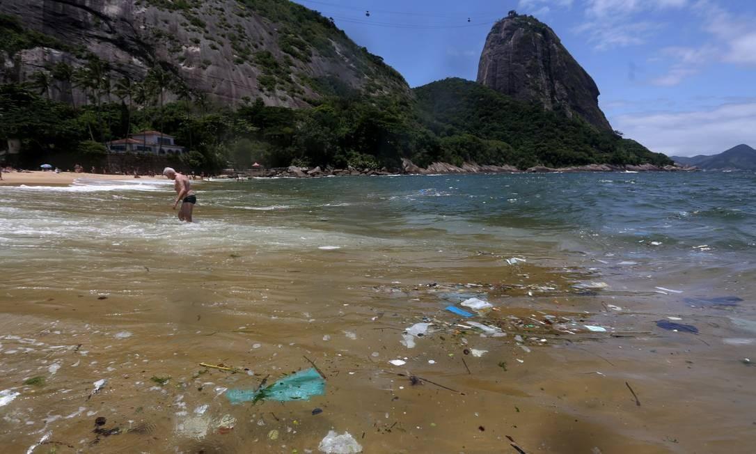 Praia Vermelha, na entrada da Baía de Ganabara, muito lixo chega do mar Foto: Custódio Coimbra / Agência O Globo