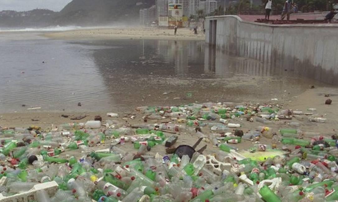 Praia de São Conrado com garrafas plásticas de refrigerantes. Lixo que vai parar na praia quando chove Foto: Marcelo Sayão / Agência O Globo