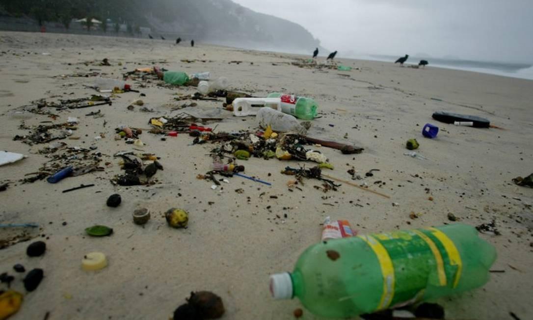 Sujeira e lixo na Praia de São Conrado Foto: Márcia Foletto / Agência O Globo