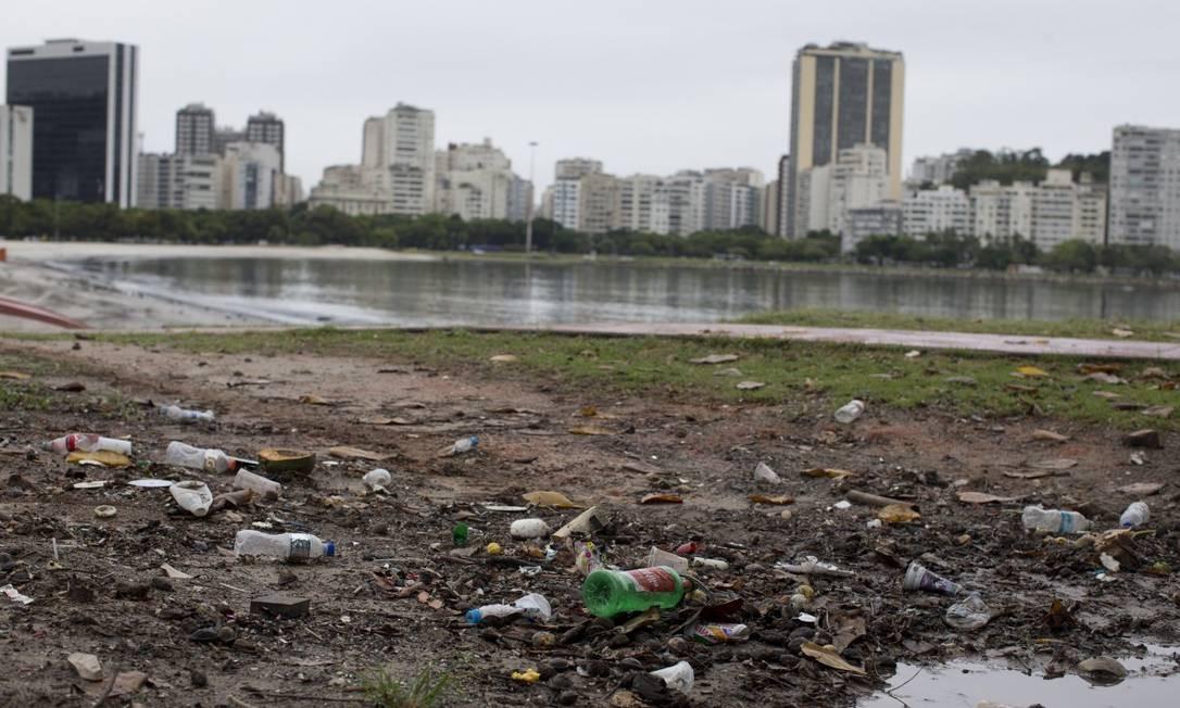Lixo e água do mar escura na praia de Botafogo Foto: Márcia Foletto / Agência O Globo