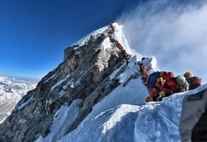 Alpinistas fazem fila para chegar ao cume do Monte Everest Foto: HANDOUT / AFP
