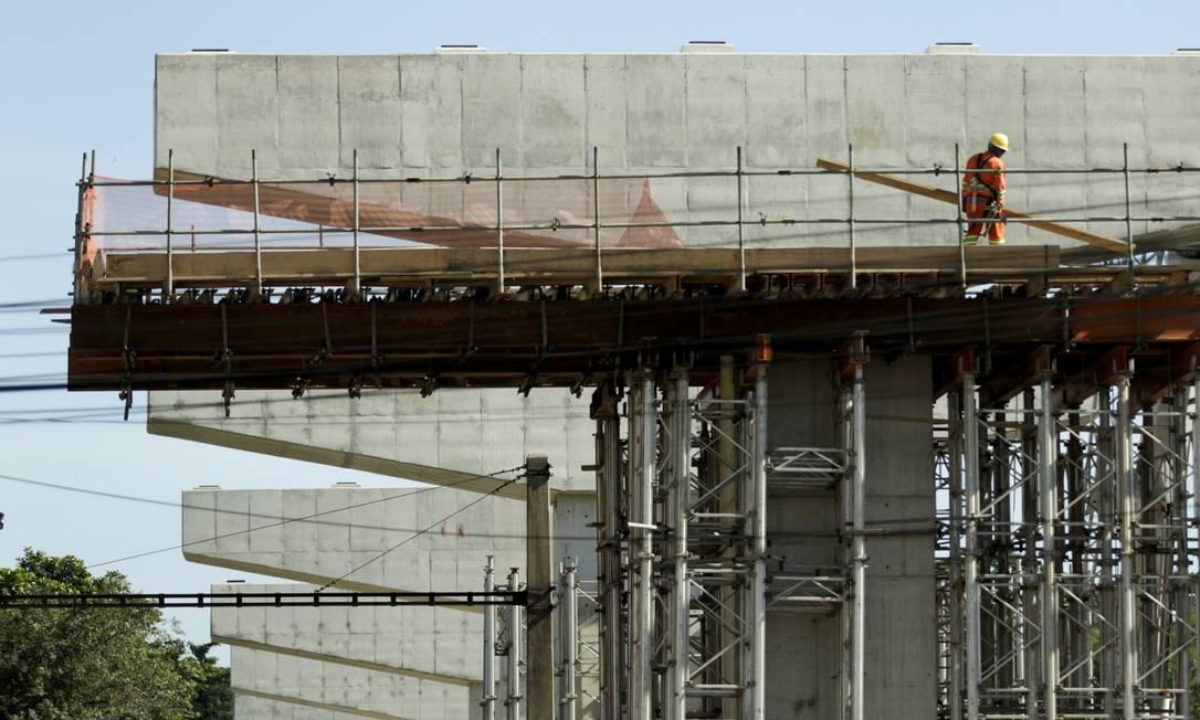 Uma das principais obras de infraestrutura em andamento no Rio é a alça que ligará a Ponte Rio-Niterói à Linha Vermelha: intervenção é realizada pela concessionária que administra a via Foto: Gabriel de Paiva / Agência O Globo