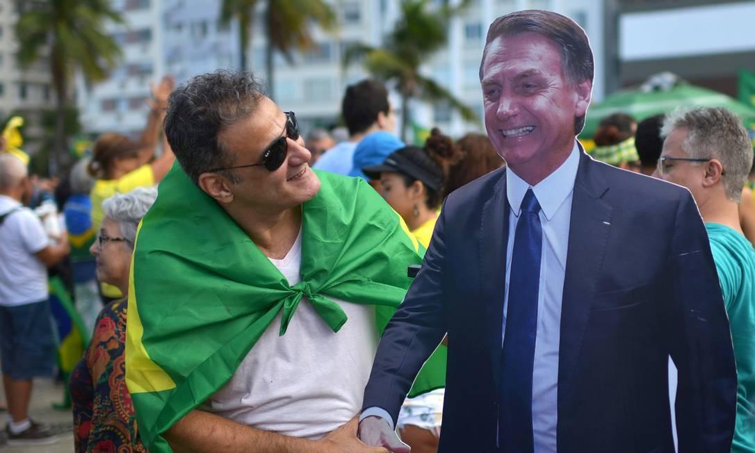 Homem cumprimenta boneco de papelão do presidente Jair Bolsonaro, em Copacabana Foto: LUCAS LANDAU 26-05-2019 / REUTERS