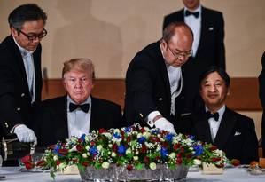 O presidente americano, Donald Trump, e o imperador japonês Naruhito durante um jantar em Tóquio Foto: BRENDAN SMIALOWSKI / AFP