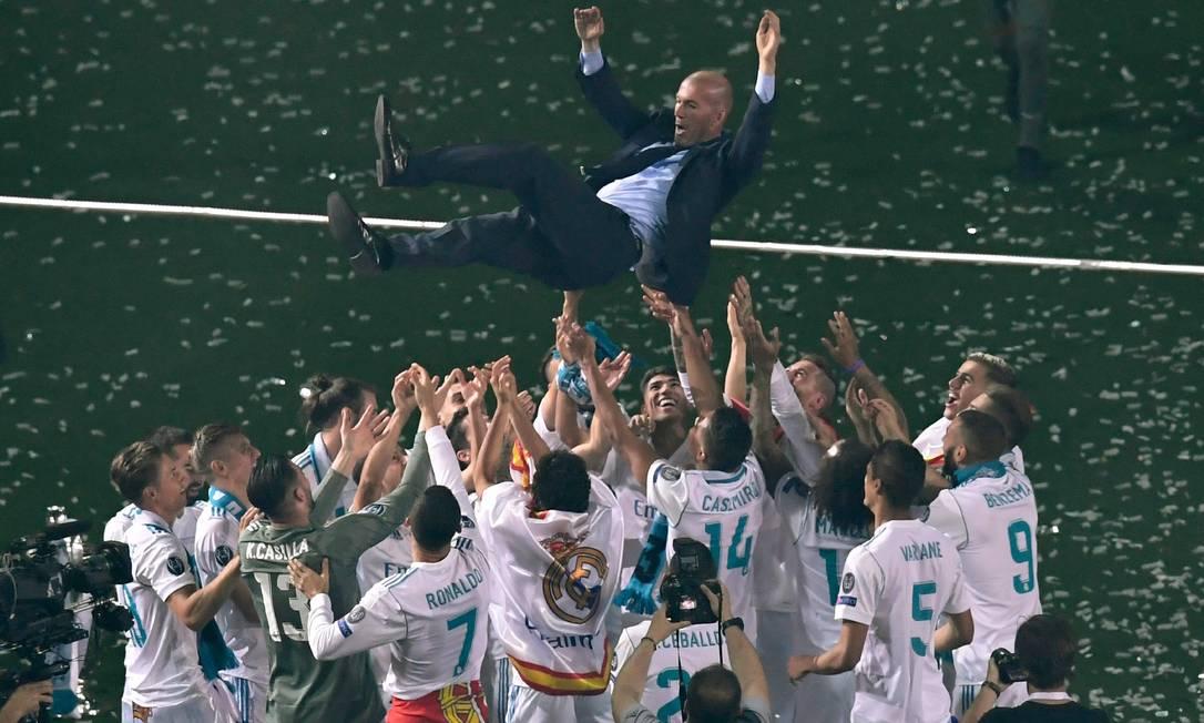 Time do Real Madrid comemora com o técnico Zinedine Zidane após conquistar o 13° título da Champions League Foto: GABRIEL BOUYS / AFP