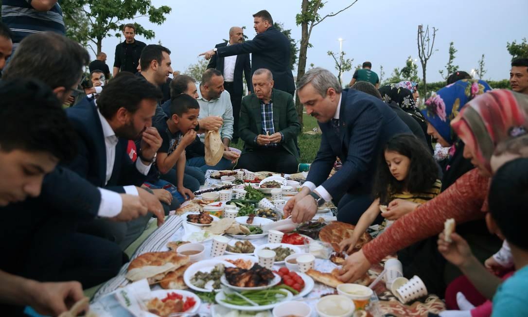 O presidente turco Tayyip Erdogan rompe seu jejum com as pessoas durante o mês sagrado do Ramadã em Istambul, Turquia Foto: HANDOUT / REUTERS