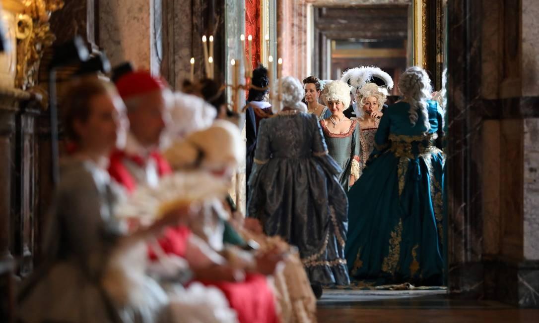 Hóspedes em trajes de época participam do baile de máscaras Fetes Galantes, no castelo de Versalhes, na França Foto: LUDOVIC MARIN / AFP