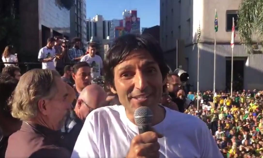 O porta-voz do movimento NasRuas, Tomé Abduch, discursa em manifestação em apoio a Bolsonaro, na avenida Paulista Foto: Reprodução
