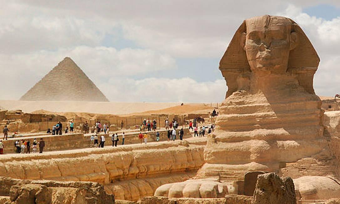 A Grande Esfinge com a Pirâmide de Miquerinos ao fundo, parte da Necrópole de Gizé, erguida durante o Império Antigo. Estes são alguns dos monumentos mais emblemáticos do Antigo Egito Foto: Mstyslav Chernov