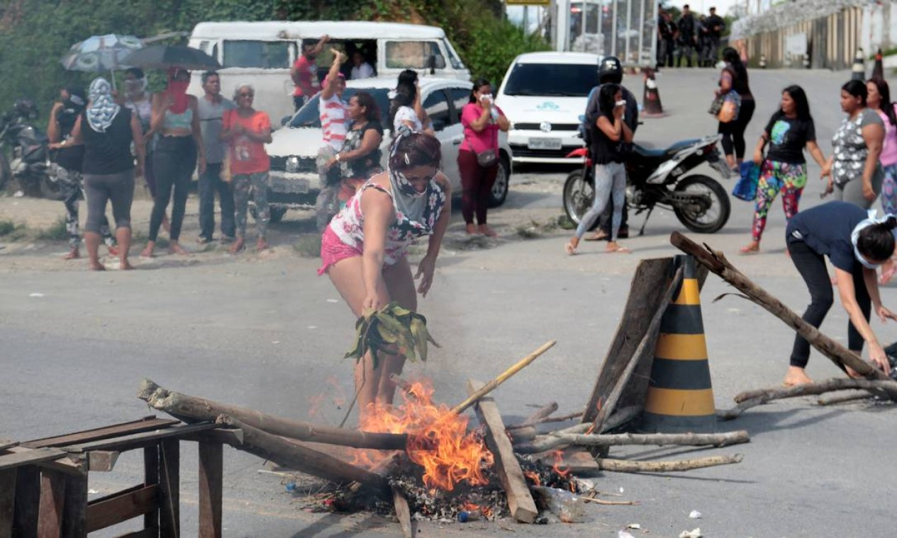 Uma mulher ateia fogo em barreira criada por manifestantes no domingo, quando teve início uma rebelião que vitmou 15 detentos no Complexo Penitenciário Anísio Jobim (Compaj) Foto: STRINGER / REUTERS