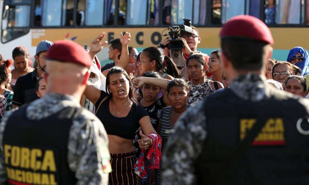 Parentes de presos protestam em frente a um complexo prisional em Manaus, no estado do Amazonas. Chega a 55 o número de mortos em presídios no estado. Foto: BRUNO KELLY / REUTERS