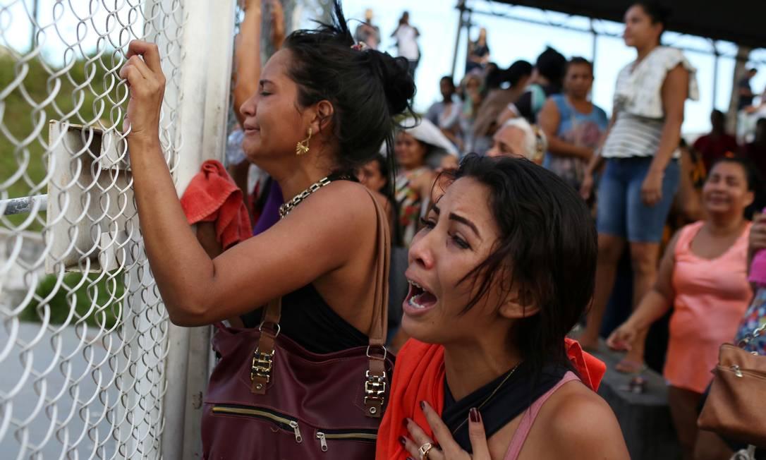 Familiares de presos choram diante de presídio, em Manaus, à espera de notícias. No domingo (26), 15 detentos foram assassinados no Complexo Penitenciário Anísio Jobim (Compaj), e outros 40 foram foram contabilizados em outras três unidades prisionais nesta segunda-feira (27) Foto: BRUNO KELLY / REUTERS