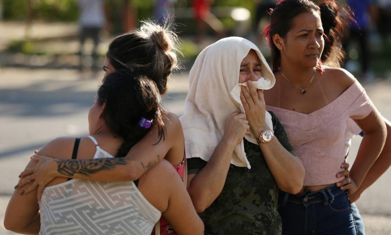 Familiares de presos são amparadas na frente de presídio após notícia da morte de mais de 50 detentos Foto: BRUNO KELLY / REUTERS