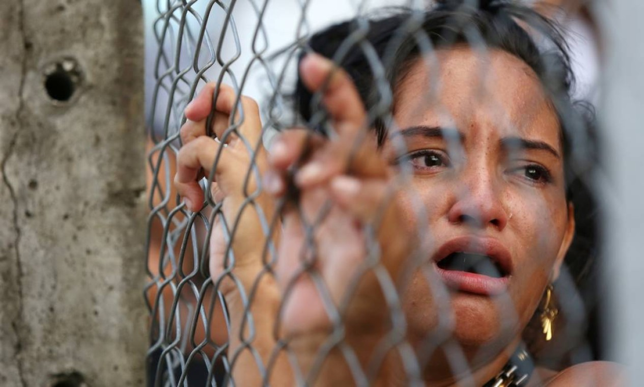 Parente de preso chora agarrada na grade de presídio em Manaus. Visitas estão suspensas por 30 dias Foto: BRUNO KELLY / REUTERS