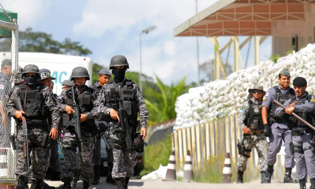 No domingo (26), policiais foram acionados para intervir na rebelião de presos. Matança aconteceu durante o horário de visitação na unidade, diante dos familiares Foto: STRINGER / REUTERS