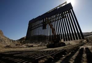 Guindaste leva parte da grade a ser instalada em propriedade particular perto da fronteira em Sunland Park, no Novo México, e Ciudad Juarez, México: muro privado para barrar imigrantes Foto: JOSE LUIS GONZALEZ / REUTERS