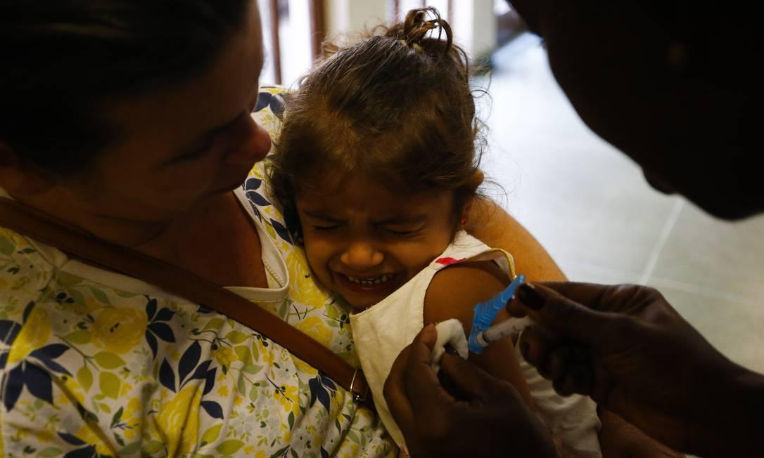 Crianças entre 6 meses e 6 anos de idade estão no grupo prioritário para receber a vacina contra gripe Foto: Pablo Jacob / Agência O Globo