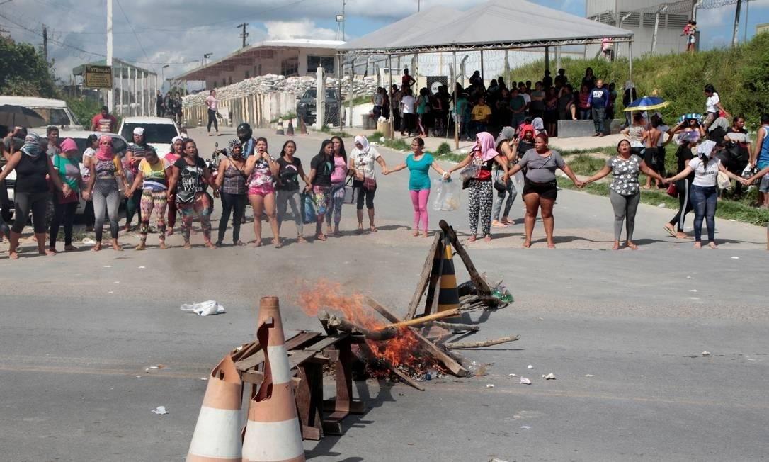 Familiares de presos protestam na entrada de presídio em Manaus. Briga de facções deixou mais de 50 mortos em quatro unidades prisionais Foto: STRINGER / REUTERS