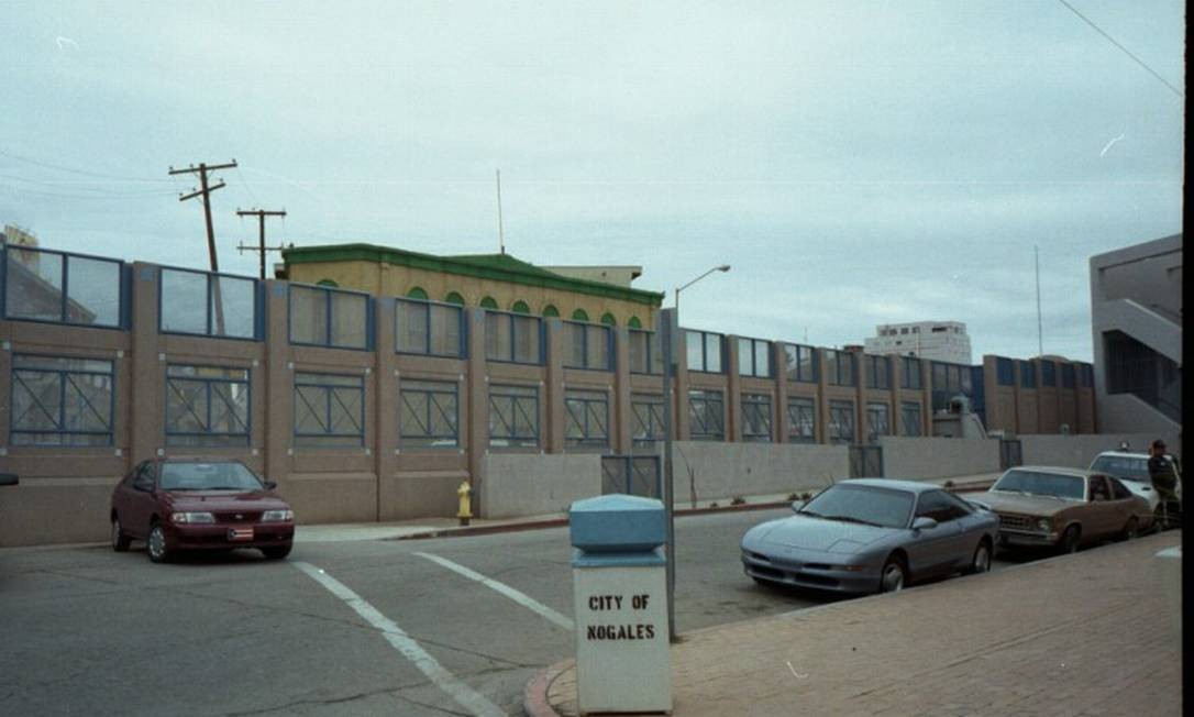 Muro rosa na cidade de Nogales, fronteira entre EUA e México para evitar a entrada de imigrantes ilegais e drogas Foto: José Meirelles Passos / Divulgação