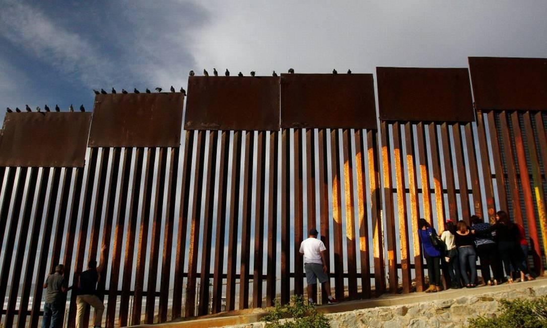 Presidente dos EUA, Donald Trump, tem brigado com o Congresso para que conceda uma verba de bilhões de dólares para a construção do muro Foto: JORGE DUENES / Reuters