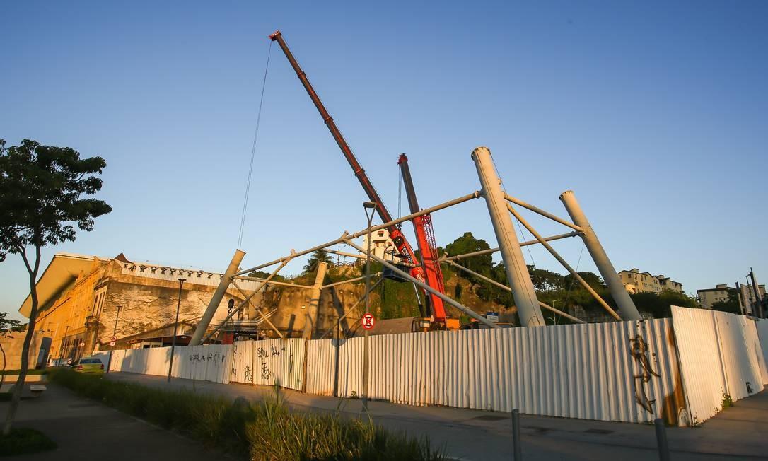 A estrutura de metal começou a ganhar forma na última sexta-feira em um terreno próximo ao AquaRio, na Zona Portuária Foto: Marcelo Regua / Agência O Globo