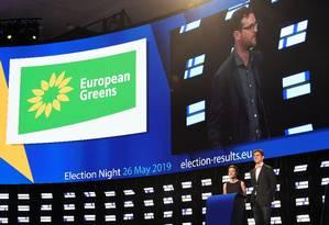 Líderes da campanha dos verdes para o Parlamento Europeu, Ska Keller, da Alemanha, e Bas Eickhout, da Holanda, discursam na noite da apuração Foto: JOHN THYS / AFP/26-5-2019