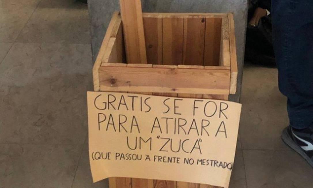 """Em abril de 2019, estudantes portugueses colocaram caixa com pedras e paus para atirar nos """"zucas"""" (ou seja, brasileiros) na faculdade de Direito da Universidade de Lisboa Foto: Reprodução"""