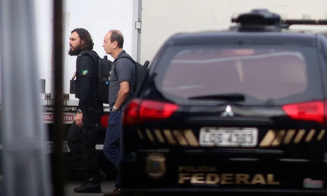 Funcionários de banco e doleiro são alvos de mandados de prisão em nova fase da Lava-Jato no Rio. Na foto um dos presos chegando na Sede da PFRJ Foto: fabiano rocha / Agência O Globo