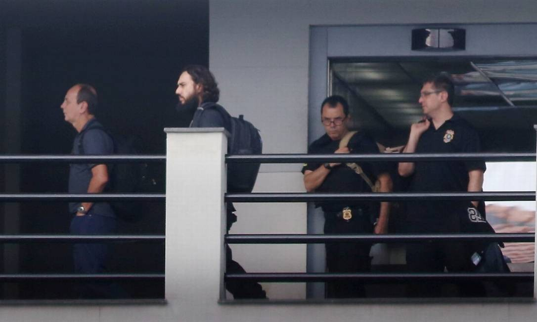 Funcionários de banco e doleiro são alvos de mandados de prisão em nova fase da Lava-Jato no Rio. Na foto um dos presos chegando à sede da PFRJ Foto: fabiano rocha / Agência O Globo