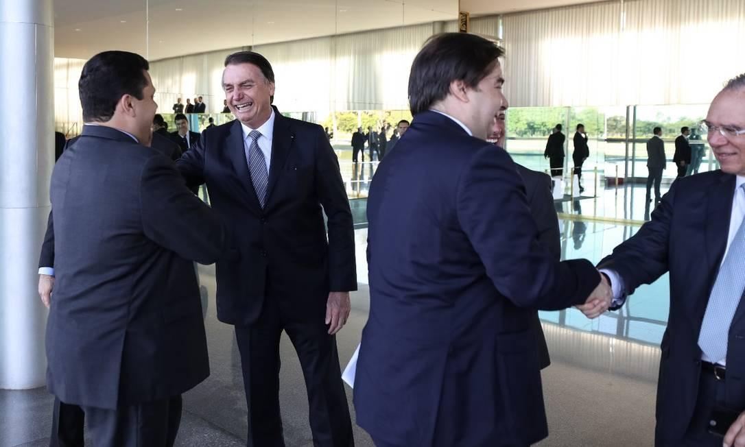 O presidente Jair Bolsonaro ao receber os convidados para um café da manhã no Palácio da Alvorada Foto: Marcos Corrêa/PR
