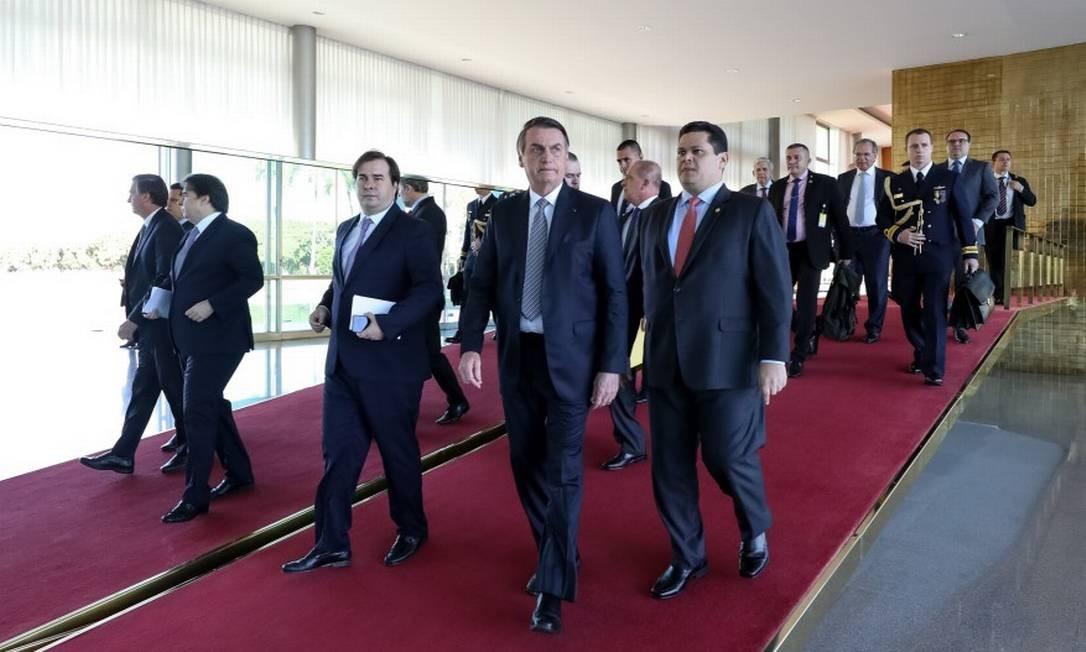 Chefe do Executivo, Jair Bolsonaro caminha ao lado dos presidentes da Câmara, Rodrigo Maia, e do Senado, Davi Alcolumbre Foto: Marcos Côrrea / Presidência da Repúbica
