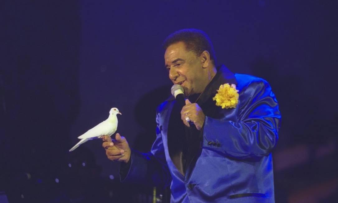 Em apresentação no Teatro Baden Powell, em 2001, Agnaldo Timóteo resume em uma imagem seu estilo romântico e brega Foto: Ana Branco / Agência O Globo